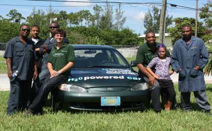 На Багамах 19-летний студент научил автомобиль ездить на воде