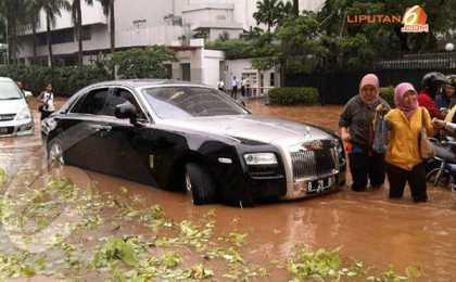 Rolls-Royce Ghost угодил в водную западню